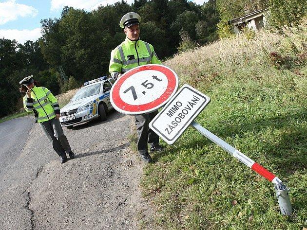 NEPOHODLNÉ ZNAČENÍ se povaluje ve škarpě. Nákladní vozidla nad 7,5 tuny tak mohou beztrestně projíždět obcemi Střížovice, Snědovice, Křešov, Radouň, Čakovice Velešice Hoštkou i dalšími vesničkami. Policie si s řidiči neví rady. Nemá je jak pokutovat.