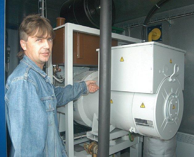 Z BIOPLYNU VYROBÍ ELEKTŘINU A TEPLO. Vedoucí provozu skládky SONO Václav Krycner vysvětluje, jakým způsobem pracuje kogenerační jednotka. S výstavbou bioplynky tu vyroste další.
