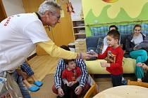 Vyléčený onkologický pacient Tomáš Bursa navštívil děti v litoměřické nemocnici