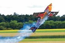 Špičkový český akrobatický pilot Martin Šonka v akci