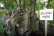 NEZNÁMO ODKUD, ZNÁMO KAM. Skulptura od Jiřího Beránka putovala v roce 2010 do areálu technických služeb. Nyní se nacházejí její zbytky za plotem na břehu mlýnského náhonu na Střeleckém ostrově. Odtud má putovat do lesa.