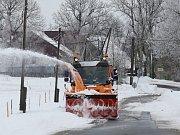 Silničáři v okolí Lovečkovic neustále odklízejí sněhové bariéry ze silnic.