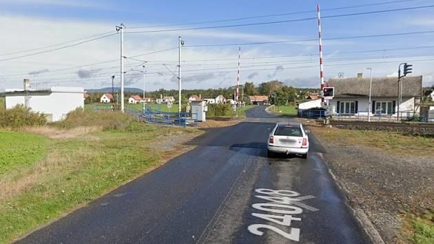 Přejezdem v Olešku projela lokomotiva. Závory přitom byly vztyčené a signalizace nesvítila.