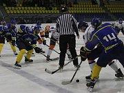 V okresním hokejovém derby byly úspěšnější Litoměřice B (ve světlém), které vyhrály 4:1.