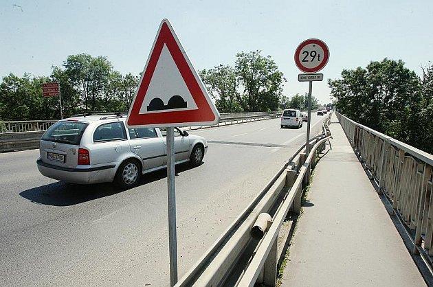 JEN ZNAČKA. Ředitelství silnic a dálnic osadilo jako upozornění pro řidiče kvůli špatnému stavu vozovky naTyršově mostě v Litoměřicích místo opravy jen dopravní značku.