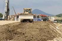 STAVBA nyní rychle pokračuje na několika místech. Na budoucí trase jsou ale také pozemky, na které ještě stavební stroje nemohly vjet. Jde například o bývalý sad mezi Vchynicemi a Bílinkou.