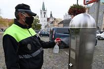 Strážníci městské policie několikrát denně dezinfikují parkovací automaty v centru Litoměřic