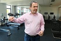 Ředitel Labe arény Michal Kurfirst ukazuje zázemí, kde mohou sportovci zdokonalovat svoji fyzičku.