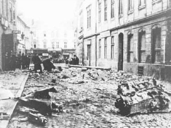 Dvacetiletý pilot Günther Lange zahynul 17.října 1944při pádu letounu do Michalské ulice vLitoměřicích