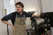Michal Ptáček majitel firmy Zoban ukazuje tajemství pražení kávy.