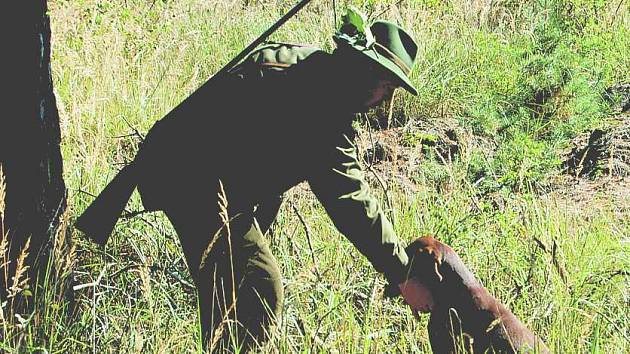 Jednou z disciplín, které v lese psi předváděli, bylo i přinášení lišky přes překážku. Na snímku je Antonín Žižka a Dita z ploskovických zámků.