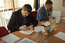 Podpis smlouvy na sanaci olejny na lovosické radnici