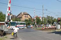 PROBLEMATICKÝ PŘEJEZD. Není výjimkou, že před tímto signalizačním zařízením stojí chodci a řidiči i  patnáct minut, tak, jako ve čtvrtek krátce před polednem.