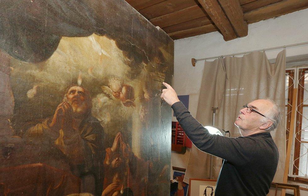 Restaurátor a malíř Jiří Brodský ve svém ateliéru v Roudnici nad Labem.