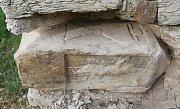Vyproštění kamene z kapličky v Zahořanech s motivem ukřižování Krista.