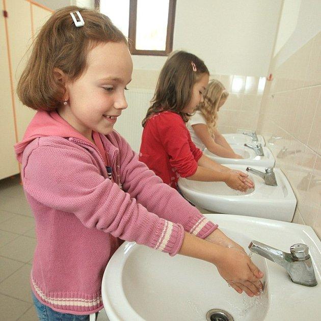 PREVENCE.  Školačky ze ZŠ B. Němcové v Litoměřicích vědí, že musejí mytí rukou věnovat náležitou péči. Tekuté mýdlo a papírové ručníky, to vše je tu podle předpisů.