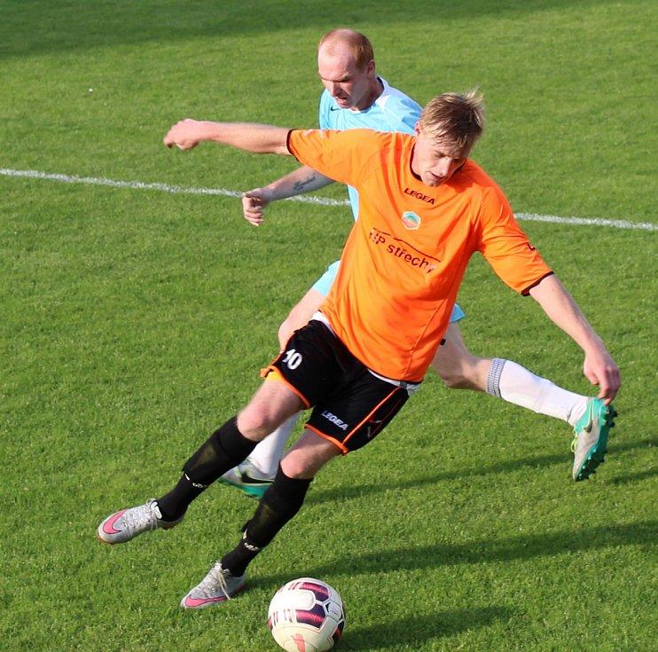 Fotbalisté Bezděkova porazili Černiv (v modrém).