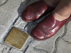 V Bohušovicích na Ohří mají v dlažbě chodníku pamětní kámen jako vzpomínku na židovské oběti nacizmu. Kostka nese jméno maminky Marty Neužilové (na snímku), která byla deportována do terezínského ghetta a poté zahynula v Osvětimi.