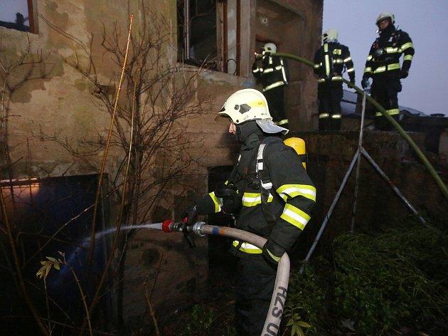Z hořících přístřešků hasiči vyváděli telata