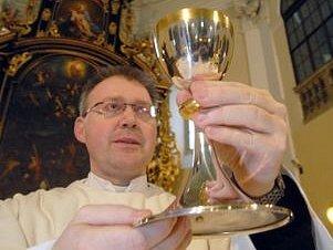 Kalich kardinála Trochty připravil na mši Martin Davídek.