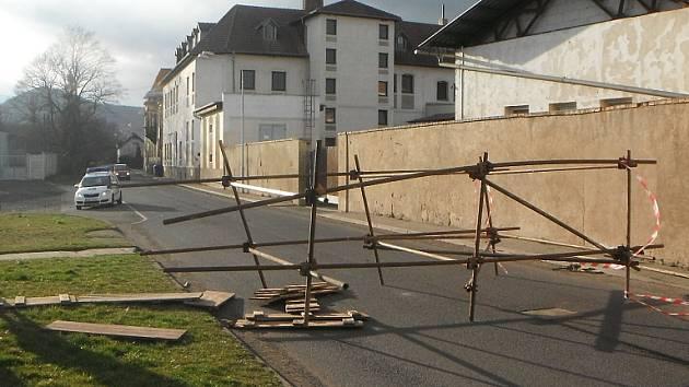 Na Lodním náměstí se zřítilo lešení na silnici