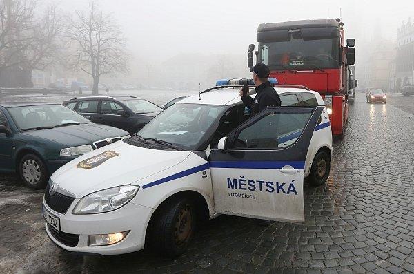 Není týdne, kdy by se na Mírovém náměstí neobjevil těžký kamion. Přijede, známěstí se však už nemůže úzkými a křivolakými uličkami  bez asistence městské policie dostat pryč.