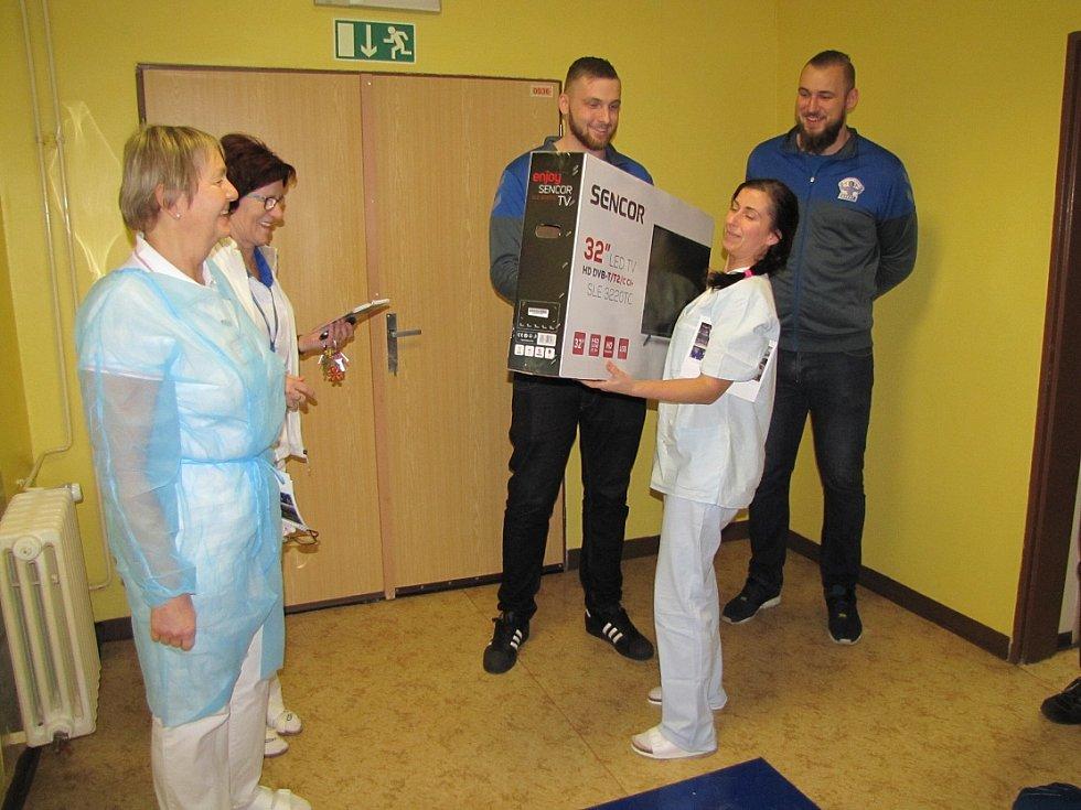 Lovosičtí házenkáři navštívili litoměřickou nemocnici.