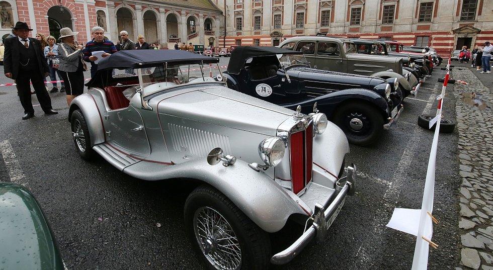 Tradiční sraz autoveteránů v Roudnici nad Labem se v roce 2021 konal přímo v areálu zámku.