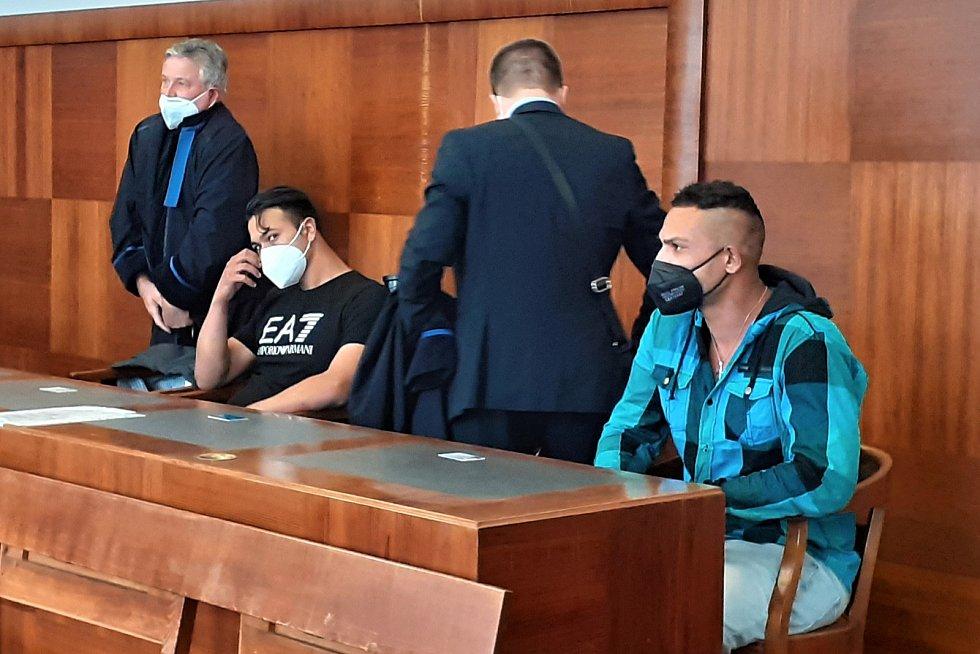 Radek Horváth (sedící vlevo) a Patrik Stojka (vpravo) s obhájci u Vrchního soudu v Praze