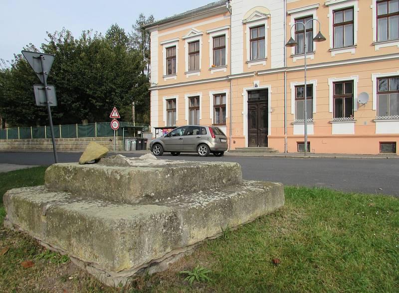 Ze sloupu a sochy svatého Vavřince v Chotiněvsi zbyl jen podstavec. Poté co do sloupu naboural řidič kamionu, musí zničená socha i sloup projít restaurováním.