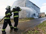 Šest hasičských jednotek vyjelo k požáru ocelové kůlny plné sena v Tetčiněvsi poblíž Úštěku.