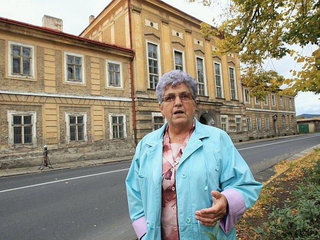 Starostka Terezína Růžena Čechová stojí před Wieserovým domem (bývalý posádkový dům armády), který by měl být do budoucna také opraven.