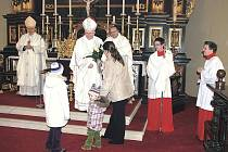 KYTICI RŮŽÍ od věřících dostal litoměřický biskup znovu rok po svém vysvěcení.