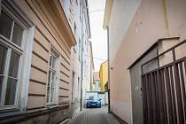 Turistickým magnetem se Kapucínská ulička v Litoměřicích zatím nestane. Lidé se do ní nepodívají.
