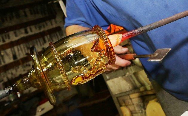 Sklář Robert Douša smanželkou Alenou již třetím rokem ve své malé sklárně vÚštěku vyrábějí krásné skleněné výrobky. Jedná se hlavně onapodobeniny historických skleniček a dalšího sortimentu včetně různých tvarů karaf.