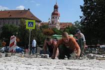 NOVÁ DLAŽBA. V současné době je před dokončením centrální část Karlova náměstí. Dosud zde bylo proinvestováno okolo dvaceti milionů korun.