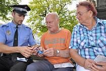 ALARMY začali v pondělí seniorům rozdávat strážníci Městské policie v Litoměřicích.