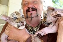 JAROMÍR JOO, ředitel cirkusu,  je známý především svou láskou k šelmám.
