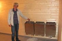 HOTOVO. Ladislav Beneš ukazuje opravenou saunu.