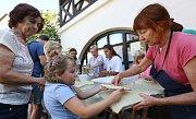 Dílna ručního papíru v Litoměřicích pod vedením Ireny Štyrandové je otevřena šikovným rukám i přes prázdniny.