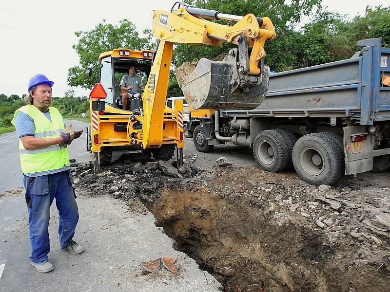 DOSLOUŽILO. Stávající potrubí z nekvalitní křehké litiny vodovodu Litoměřice – Třeboutice z roku 1926 vymění pracovníci Severočeských vodovodů a kanalizací do konce října letošního roku.