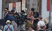 Natáčení hollywoodského štábu v Úštěku. Ve válečném snímku Jojo Rabbit hraje i známá herečka Scarlett Johansson (v pruhovaném tričku).