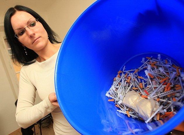 K–CENTRUM. Sociální pracovnice litoměřického Káčka Monika Černeková drží box s použitými injekčními stříkačkami. Nashromáždili je tu v posledních čtyřech dnech.