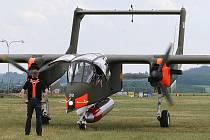 Přílet letounu Bronco na roudnické letiště