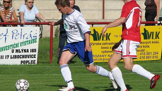 Roudničtí fotbalisté (v bílomodrém) hrají v současné době krajský přebor - pátou nejvyšší soutěž