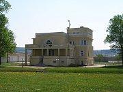 Dům na kraji Dobříně si před víc než 90 lety nechal postavit pražský architekt Beno Kabát.
