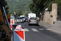 V Žernosecké ulici na příjezdu do Litoměřic jsou kvůli opravám vodovodního řadu velké kolony, doprava je zde řízena kyvadlově.