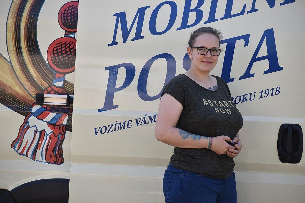 Mobilní pošta zajíždí do vesnic na Litoměřicku. Lidi obsluhuje z auta pošťačka Pavla Jelínková.
