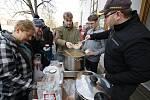 Tradiční vánoční rozdávání rybí polévky pro charitu.