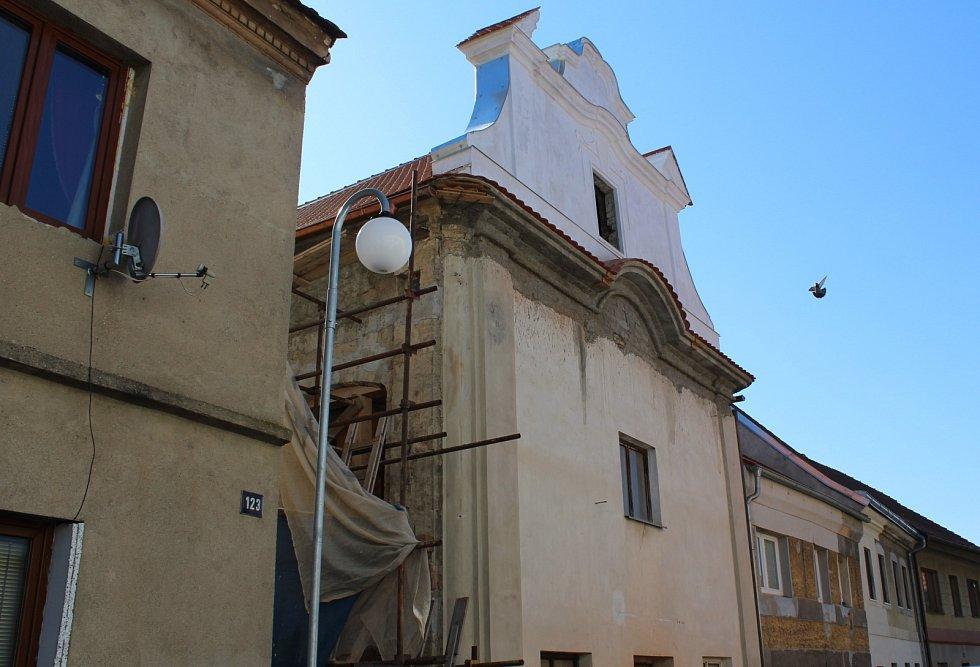 Hrozilo, že spadne. Nyní se synagoga v Budyni nad Ohří dočká kompletní opravy.